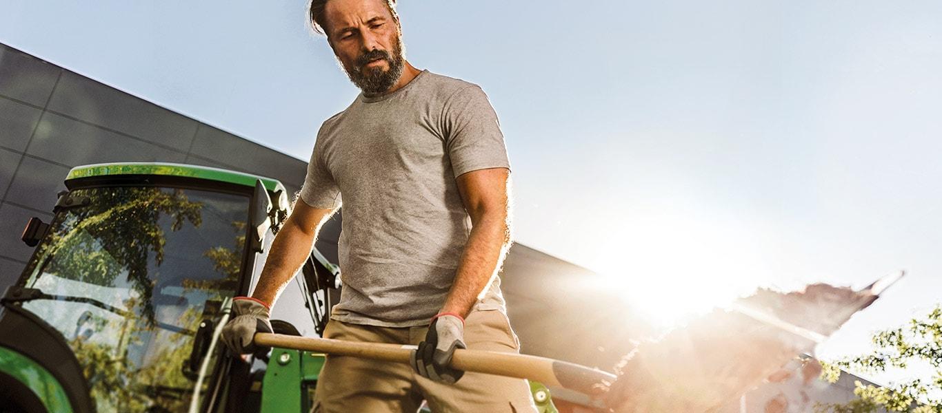 Tracteurs utilitaires compacts, homme au travail
