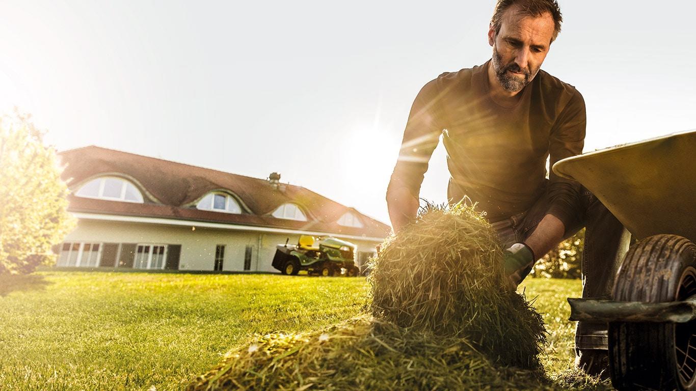 Travail. Bien fait. Propriétaire de pelouse et de jardin