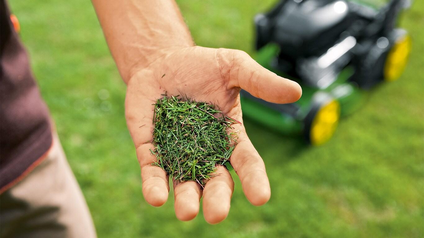 Richesse naturelle. Le système mulching rejette l'herbe coupée riche en azote sur le sol, où elle se décompose en engrais naturel.