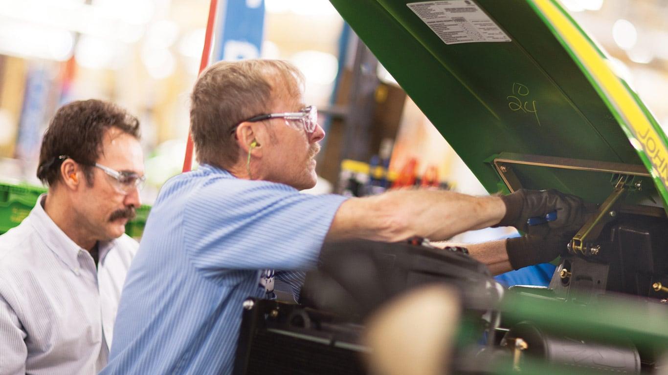 Usines d'Augusta, tracteurs utilitaires compacts, employés